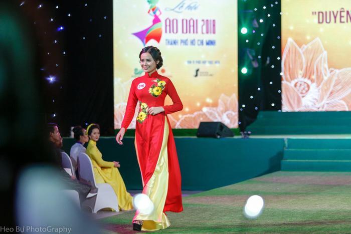 Nữ sinh xuất hiện trên sân khấu cuộc thi Duyên dáng Áo dài.