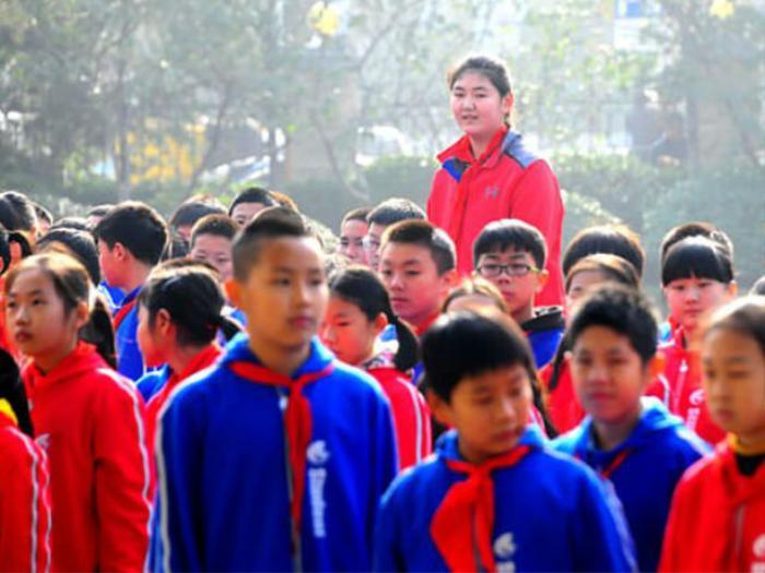 Mới 11 tuổi cao hơn 2m, nữ sinh bỗng trở nên khổng lồ giữa đám bạn