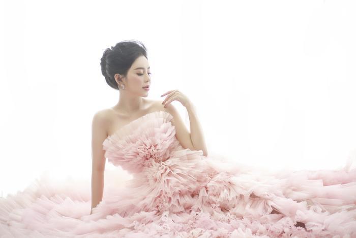 """Sau thành công của MV """"Yêu anh đến hơi thở cuối cùng"""" đạt gần 10 triệu lượt nghe trong thời gian ngắn, Ngọc Ny đang cùng ekip bắt tay chuẩn bị ra mắt sản phẩm âm nhạc tiếp theo dự kiến vào cuối tháng 12."""