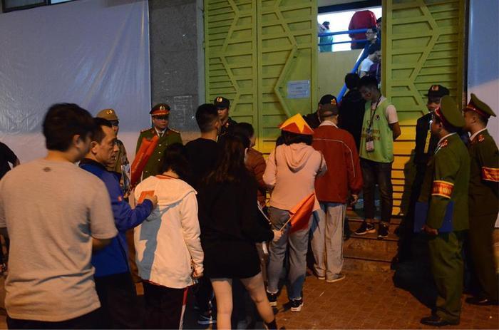 Người hâm mộ xếp hàng dài để vào sân Hàng Đẫy.