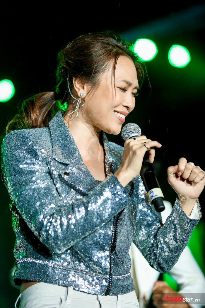 Nữ ca sĩ mang đến liên khúc với 5 bản hit gắn liền với sự nghiệp.