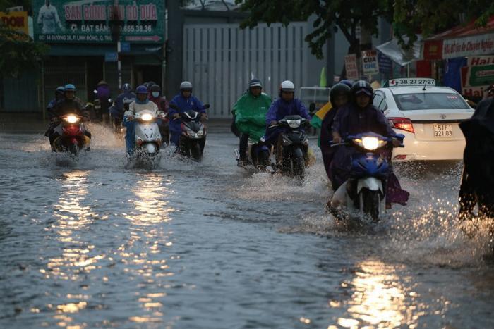 Mưa lớn khiến nhiều tuyến đường tại Sài Gòn ngập nặng hôm qua, 25/11.