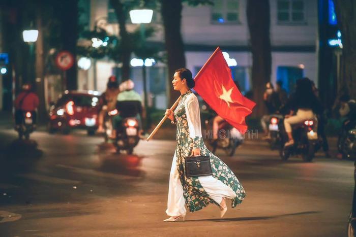 Bức ảnh nghệ sĩ Chiều Xuân cổ vũ đá bóng được cộng đồng mạng yêu thích