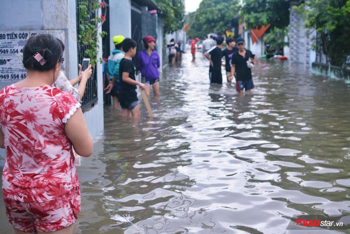 Nhiều người dân đổ ra đường chụp ảnh vì lâu lắm rồi mới có trận ngập úng lớn như thế.