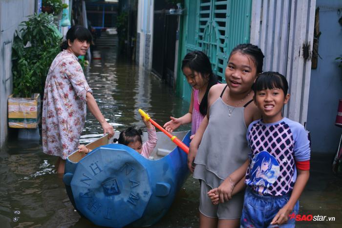 Trẻ em vui chơi trước cửa nhà.