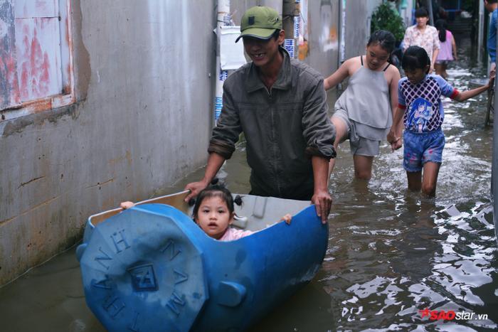 Nhiều gia đình còn chế ra thuyền bè, ghe để vui chơi trên nước.