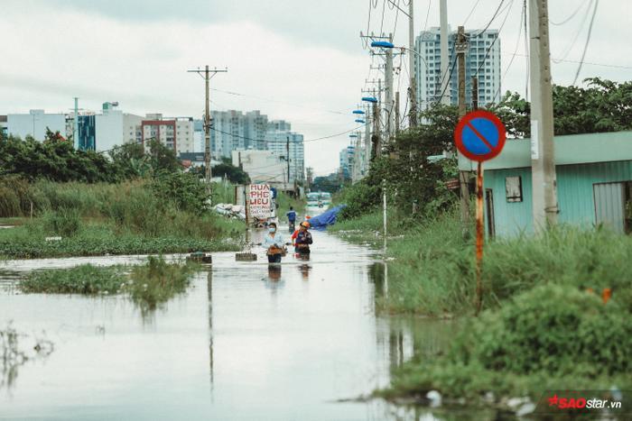 Tại khu dân cư nghèo ở Thủ Thiêm, nước ngập gần nửa người, không một phương tiện nào có thể qua lại.