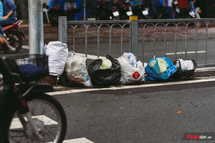 Sau trận bão, rác ứ đọng lại ở nhiều tuyến đường.