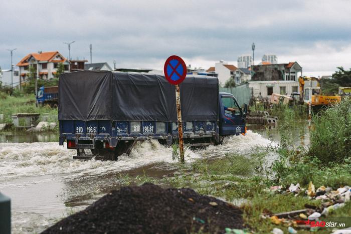 Nước ngập hết bánh xe tải.