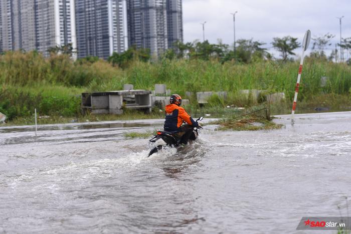 Ở những khu vực ngập nặng như thế này, xe cộ rất dễ bị chết máy.