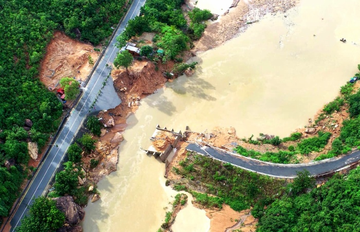 Cầu Nước Ngọt ở xã Cam Lập - tuyến huyết mạch, nối dân trên đảo Bình Lập (rộng hơn 110 ha) với trung tâm xã Cam Lập đã bị sập vì mưa lũ.
