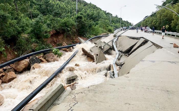 Cầu bị nước lũ cuốn gãy đôi dài 50 m, rộng chừng 6m bắc qua một con suối Nước Ngọt, nằm trên đường liên xã.