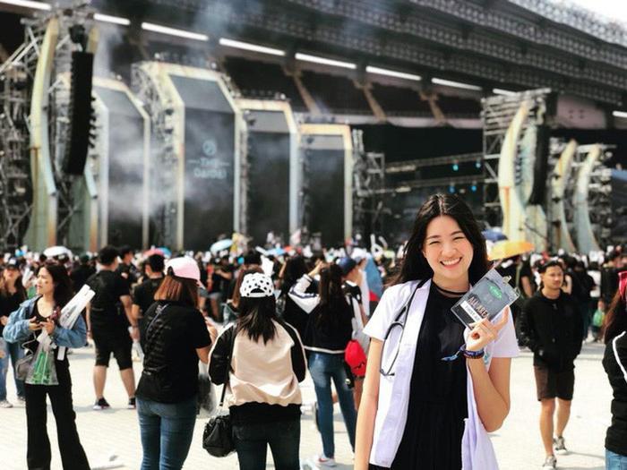 """Sirin mang vẻ đẹp dịu dàng, thân thiện liên tục được Liên đoàn bóng đá Thái Lan """"vô tình"""" đưa hình ảnh lên mạng."""