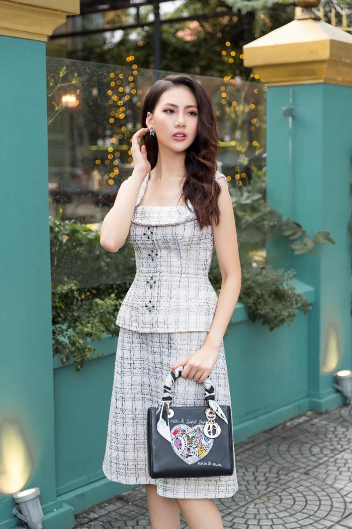 Làn da trắng sứ của Quỳnh Hoa nổi bật hơn bao giờ hết với thiết kế trên nền vải tweed đan dệt màu pastel.