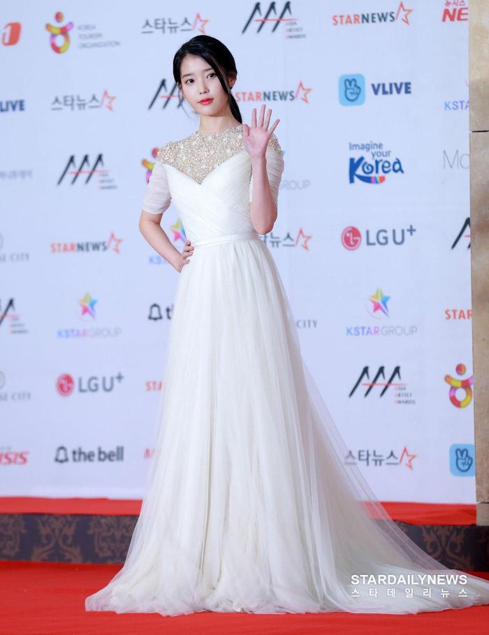 IU diện đầm trắng công chúa nổi bật.