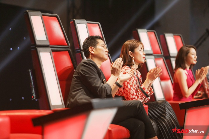 Team Giang Hồ trong biểu cảm chúc mừng thí sinh