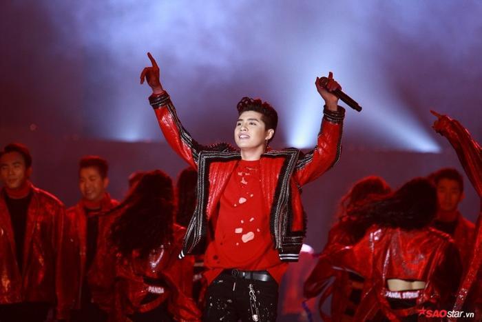 """Ngày này năm trước, Noo Phước Thịnh đang """"cháy hết mình"""" với sân khấu 20.000 fan cùng khán giả Hà Thành."""