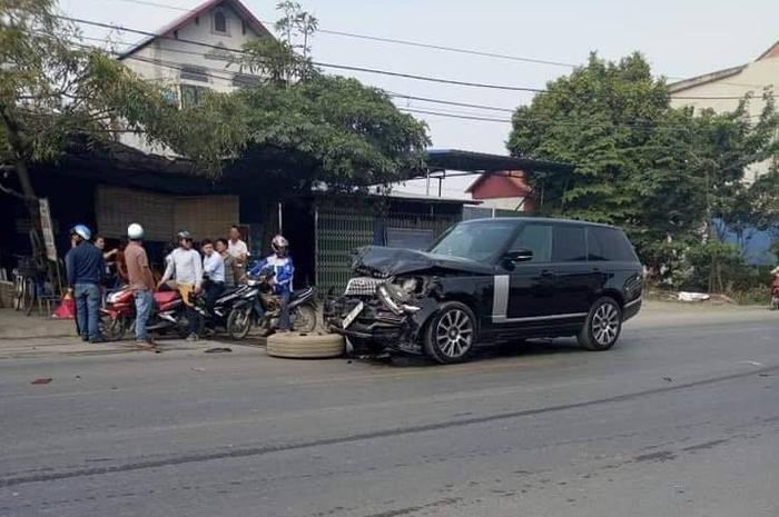 Chiếc ô tô gây tai nạn chỉ dừng lại khi tông vào container.