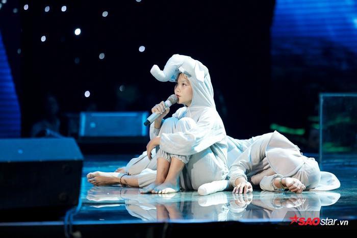 """Đây lại là chiến thuật khéo léo của cặp đôi Giang - Hồ để """"cô bé triệu view"""" thử sức mình với nhạc Pop và thể hiện khả năng diễn xuất, bản lĩnh sân khấu đáng nể. Một lần nữa, Hà Quỳnh Như có được màn trình diễn thành công và quan trọng nhất, là thật sự chạm đến cảm xúc khán giả."""