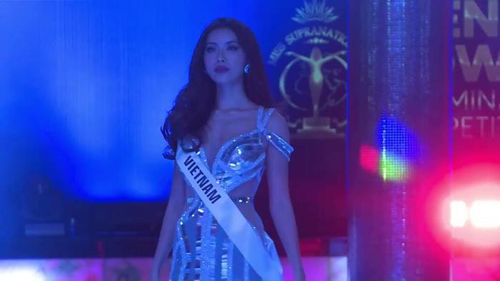 Mặc váy đuôi cá ánh kim, Minh Tú khoe vóc dáng nữ thần ở phần thi Evening Gown ảnh 1
