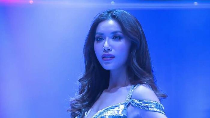 Mặc váy đuôi cá ánh kim, Minh Tú khoe vóc dáng nữ thần ở phần thi Evening Gown ảnh 5