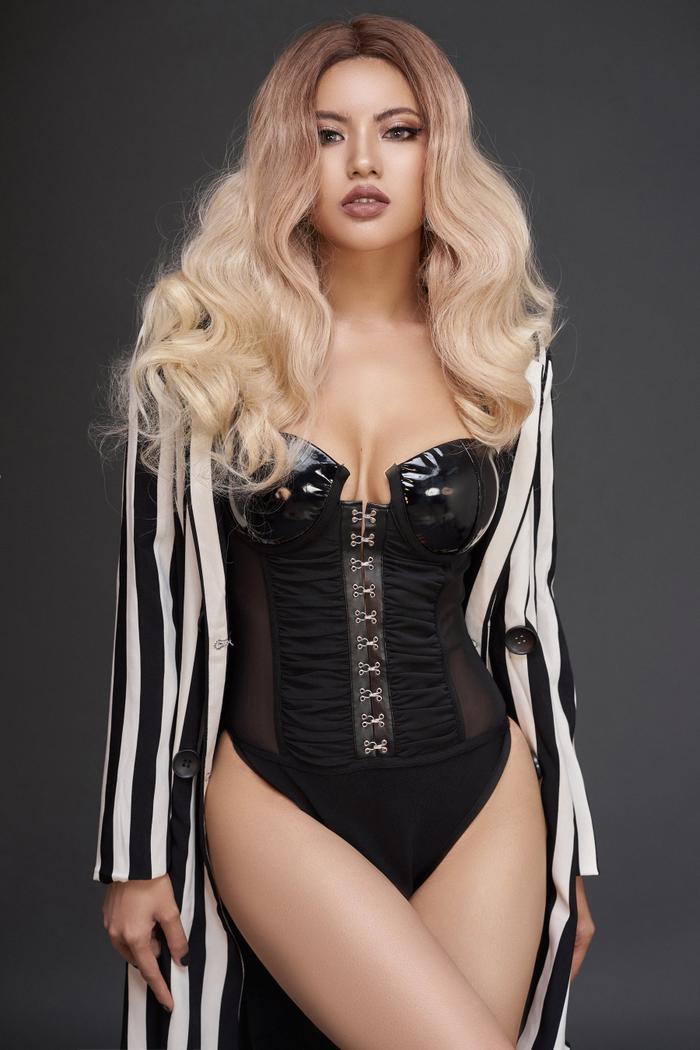 Có thể nhận thấy, để tránh việc trở nên phô phang quá đà, người đẹp áp dụng cách thức khoác thêm các trang phục phía ngoài, che bớt da thịt.