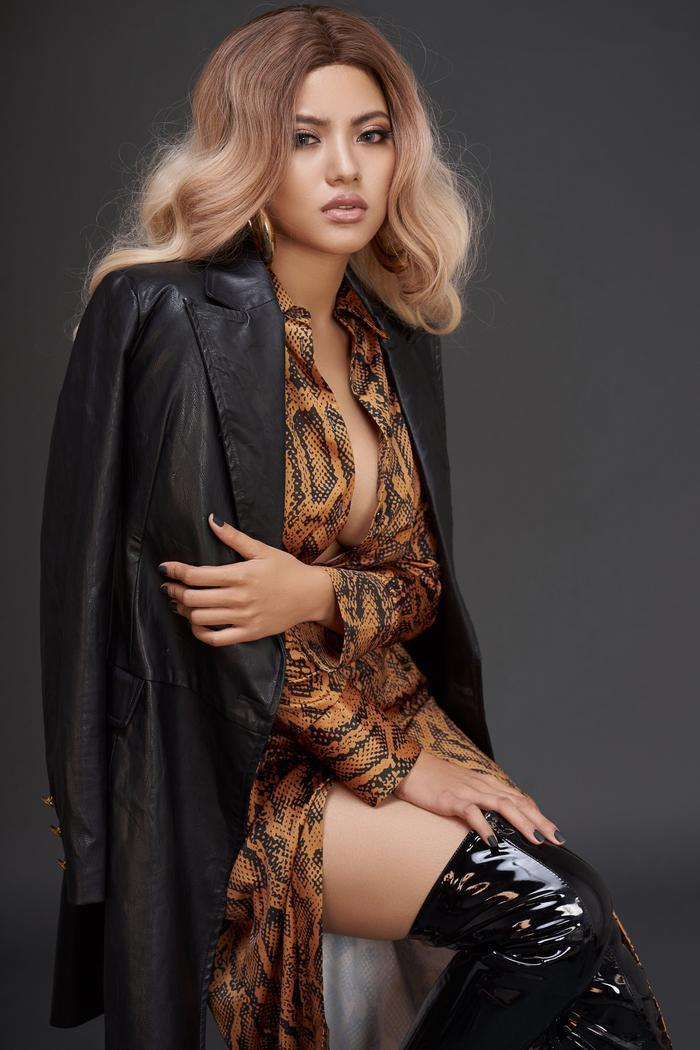 Diện chiếc váy gợi cảm, người đẹp tiết giảm hình ảnh khi sử dụng áo vest khoác ngoài, đem lại cái nhìn mạnh mẽ, thú vị.