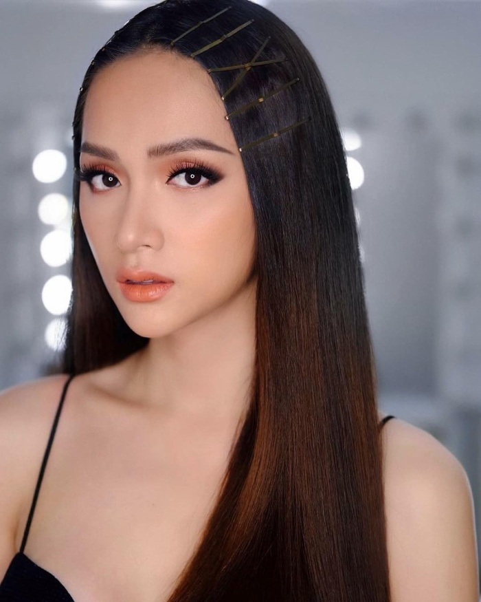 Với tông trang điểm cam, Hương Giang dịu dàng và tự nhiên khoe sắc. Đặc biệt, mái tóc đầy kẹp tăm tạo cho người đẹp hình tượng mới mẻ.