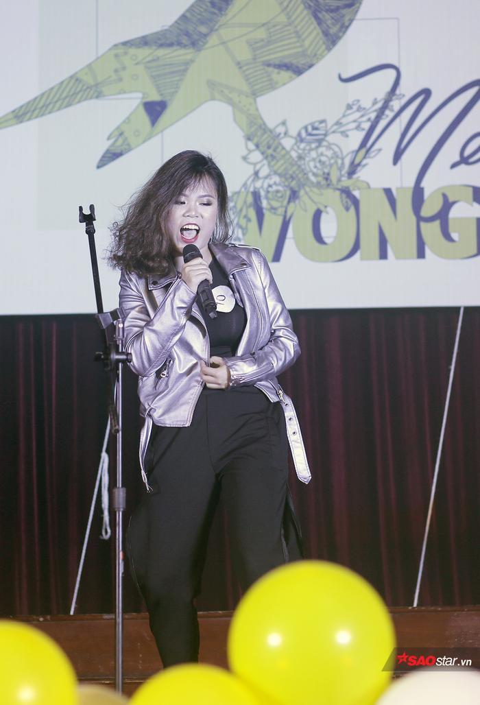 Nữ sinh của ĐH Ngoại thương Nguyễn Thị Phương Hoa thể hiện ca khúc I hate myself for loving you theo phong cách rock đầy máu lửa