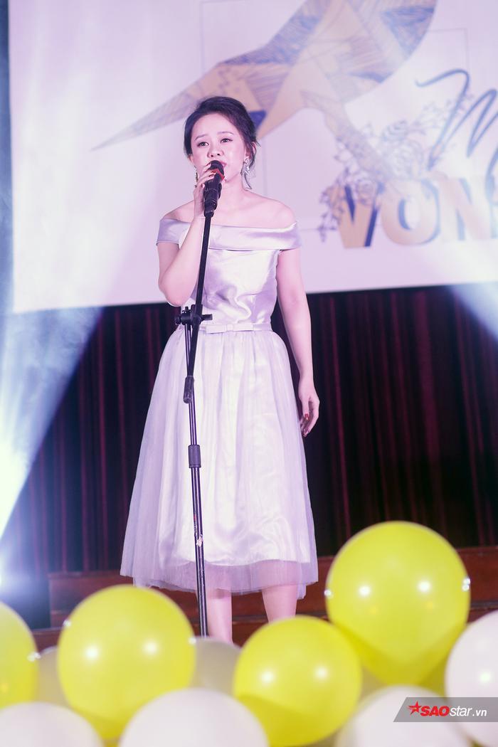 Nguyễn Minh Huyền mở đầu đêm thi với ca khúc All of me