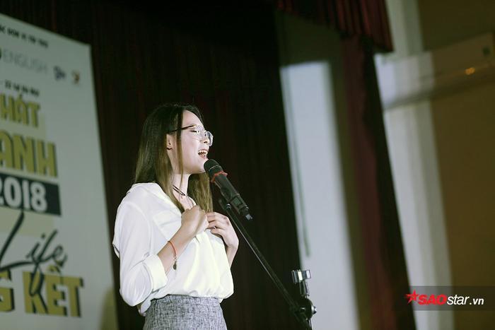 Với bài hát Everytime we touch, Trần Thị Hồng Nhung chiếm trọn cảm tình của khán giả và ban giám khảo