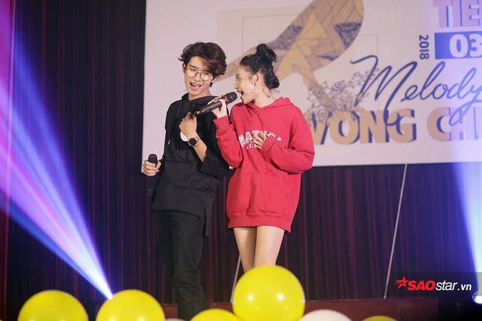 Ở phần thi song ca, cô kết hợp ăn ý với bạn diễn Đỗ Kiên Thành của mình trong ca khúc Like I'm gonna lose you.