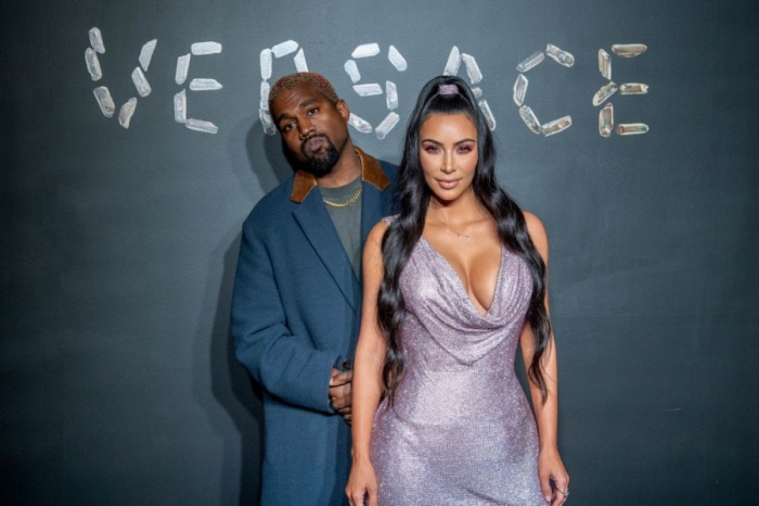 Cô Kim vòng 3 nóng bỏng trong chiếc váy ánh kim , phối cùng giày trong suốt. Kim có mối quan hệ rất thân thiết với nhà thiết kế Donatella Versace.