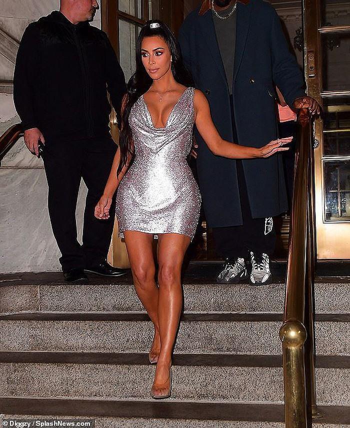 """Kim Kardashian trở thành """"tâm điểm"""" của sự chú ý khi xuất hiện cùng ông xã tại buổi tiệc thời trang tối qua"""