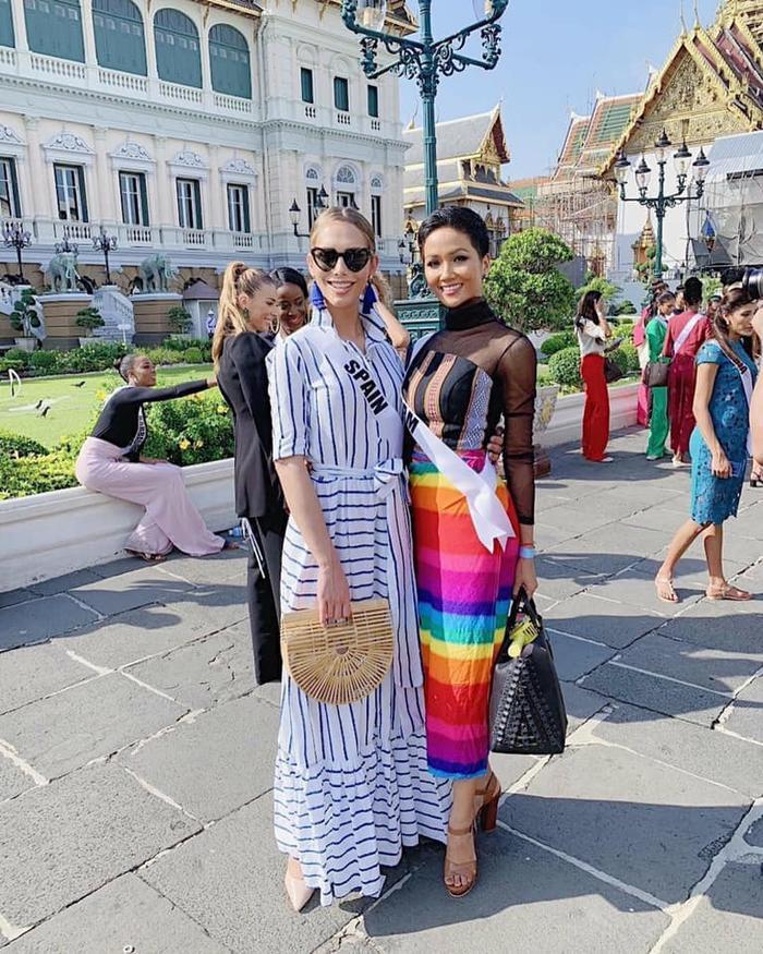 H'Hen Niê đã cùng với Hoa hậu Tây Ban nha (người đẹp chuyển giới duy nhất)