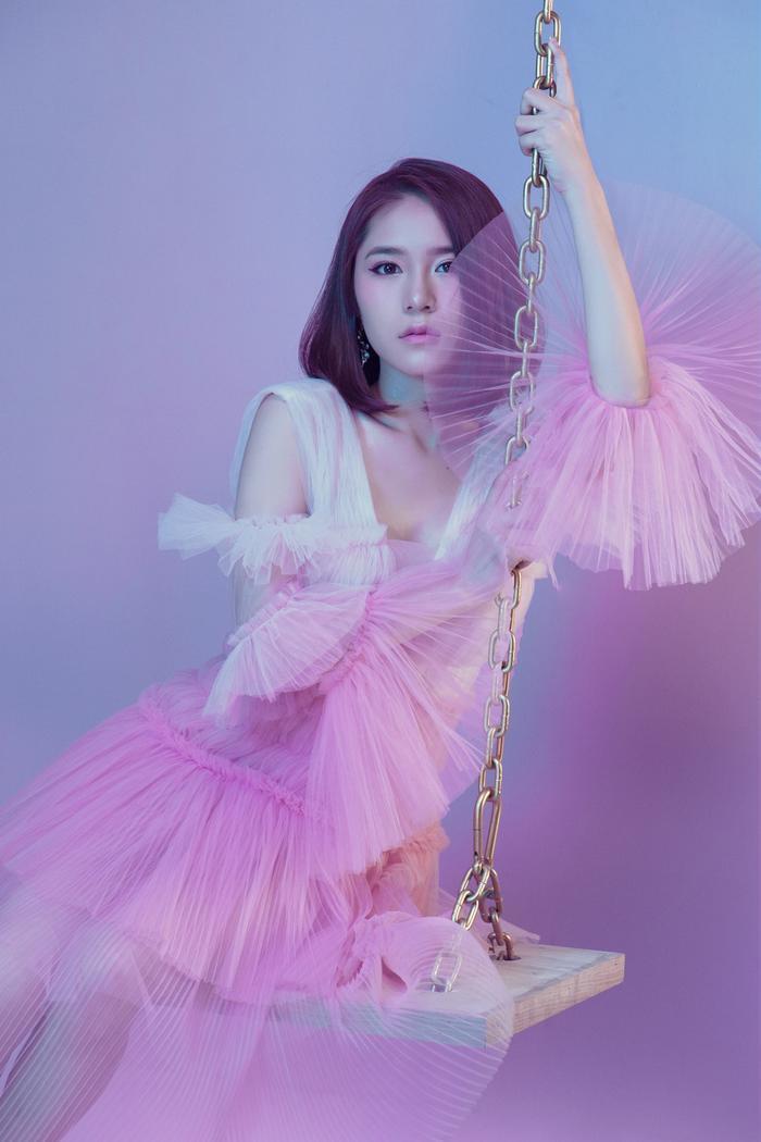 Bên cạnh âm nhạc và kinh doanh, Vân Shi còn được khán giả yêu thích bởi hình ảnh xinh đẹp, không tỳ vết cùng phong cách thời trang ấn tượng. Cô nhận được sự săn đón của khán giả mỗi khi xuất hiện và có tầm ảnh hưởng trên mạng xã hội.
