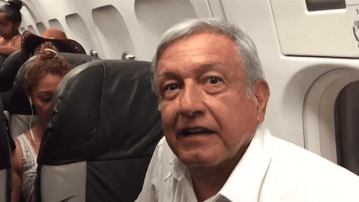 Tân Tổng thống MexicoAndrés Manuel López Obrador trên một chuyến bay thương mại.