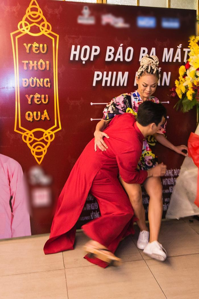 Trong phút phấn khích khi tạo dáng cùng Adam Lâm, Mai Ngô đã vô tình té ngã.