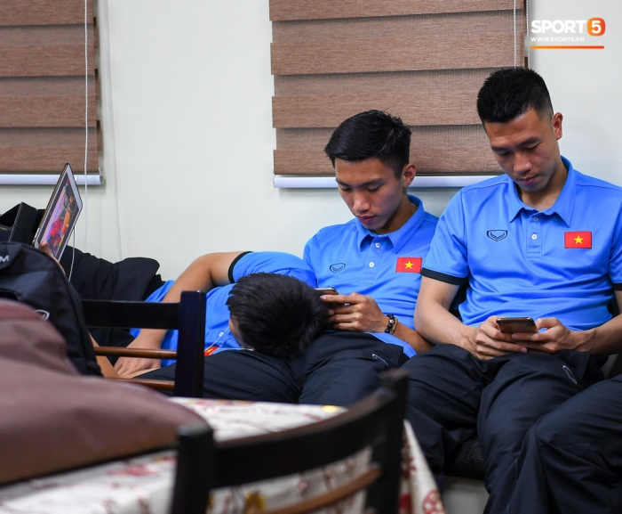 Bên cạnh iPhone X, Duy Mạnh có một chiếc iPad để giải trí. (Ảnh: Sport5)