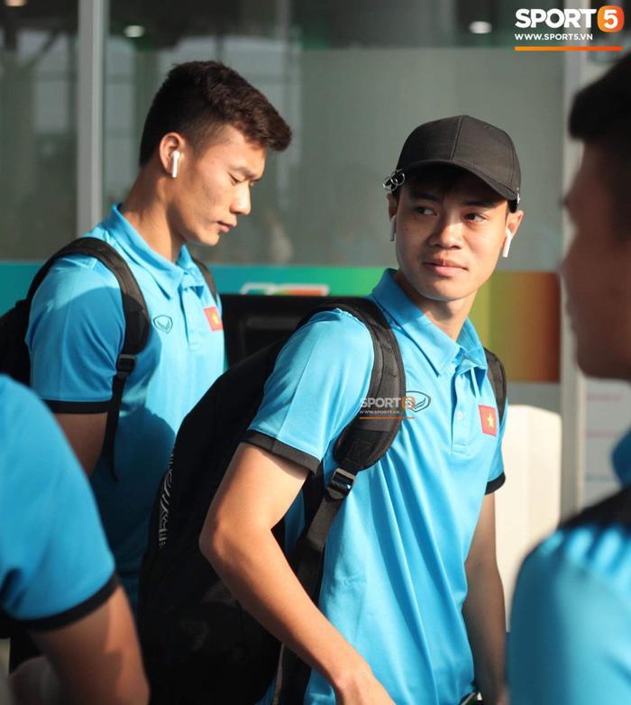 Trong khi đó, các cầu thủ khác của đội tuyển Việt Nam thì rất thích tai nghe AirPods. Văn Toàn là một trong số đó. (Ảnh: Sport5)