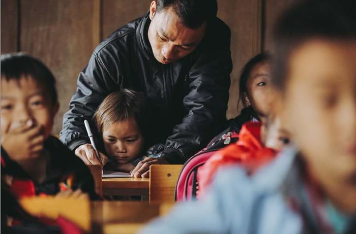 47 người thầy vẫn ngày ngày đem con chữ lên đỉnh núi Mường Lống. Ảnh: Trí thức trẻ.