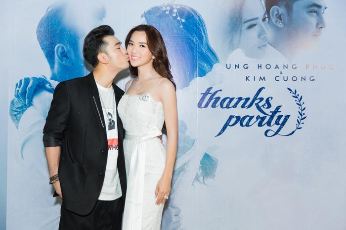 Không giống như tất cả những MV trước đây mà nam ca sĩ từng thực hiện, MV Ta vẫn còn yêu ghi lại toàn bộ những khoảnh khắc hạnh phúc của Ưng Hoàng Phúc và bà xã Kim Cương từ khâu tổ chức đám cưới, đến những hình ảnh lung linh, hạnh phúc của cả hai tại Đà Nẵng và Phú Quốc.