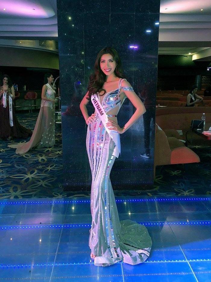 Đặc biệt trong đêm bán kết, phần thi trang phục dạ hội, Minh Tú xuất hiện như nữ thần trong chiếc váy đuôi cá ánh bạc của nhà tạo mốt Chung Thanh Phong.