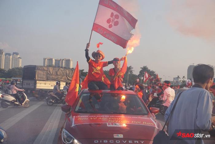 Siêu xe đỏ rực một góc trời của CĐV đất Cảng.