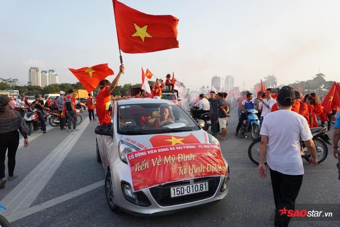 Những chiếc xe được trang trí đầy banner.