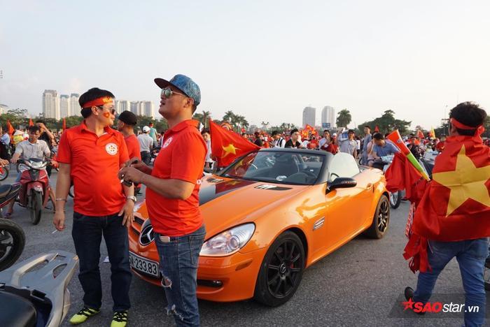 Một chiếc màu cam khiến nhiều người tròn mắt ngạc nhiên vì độ sang chảnh.