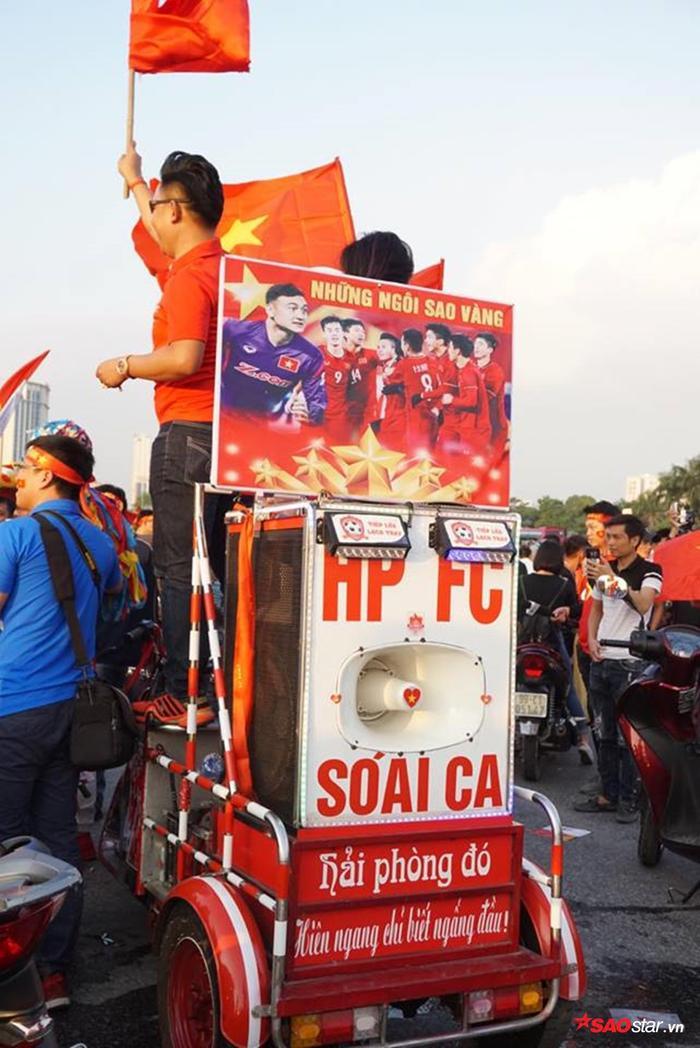 Những chiếc xe ba gác chở đầy hình ảnh cổ vũ đội tuyển Việt Nam.