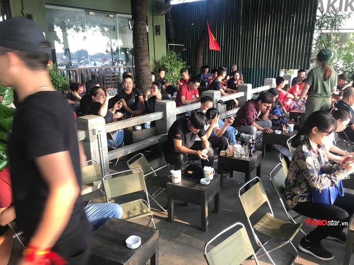 Dù 19h30 mới bắt đầu nhưng từ 17h, các quán cafe đã dần kín chỗ.