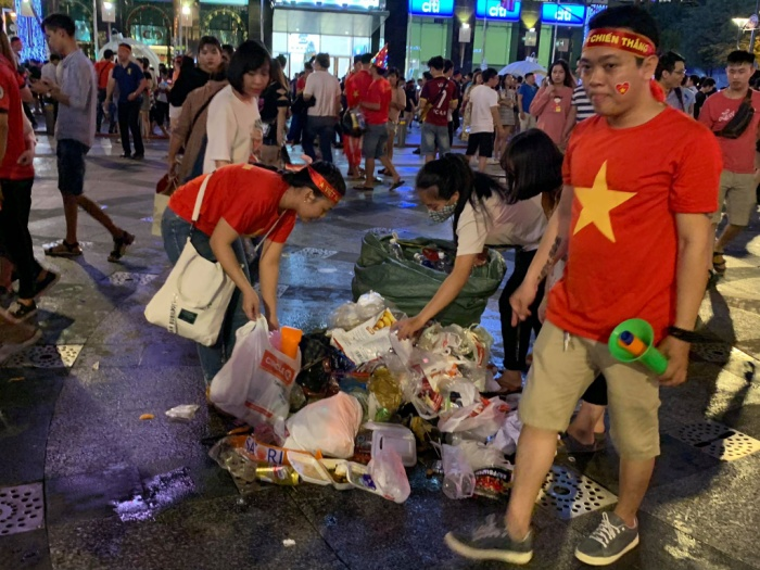 Các bạn trẻ đã nán lại để thu gom rác ở Phố đi bộ.
