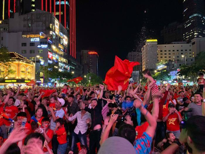 CĐV vỡ oà cảm xúc trước bàn thắng của đội tuyển Việt Nam.